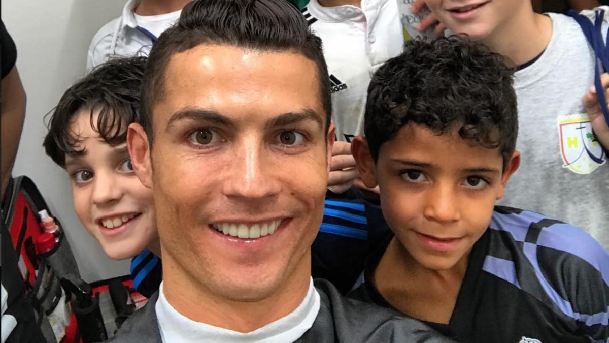 Cristiano Ronaldo posa junto a su hijo y los amigos de éste. (Instagram Cristiano Ronaldo)