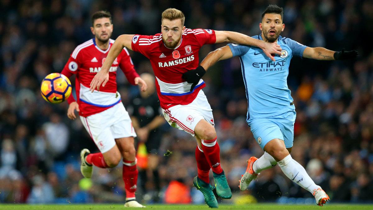 Agüero pelea un balón durante el City-Middlesbrough. (Getty)