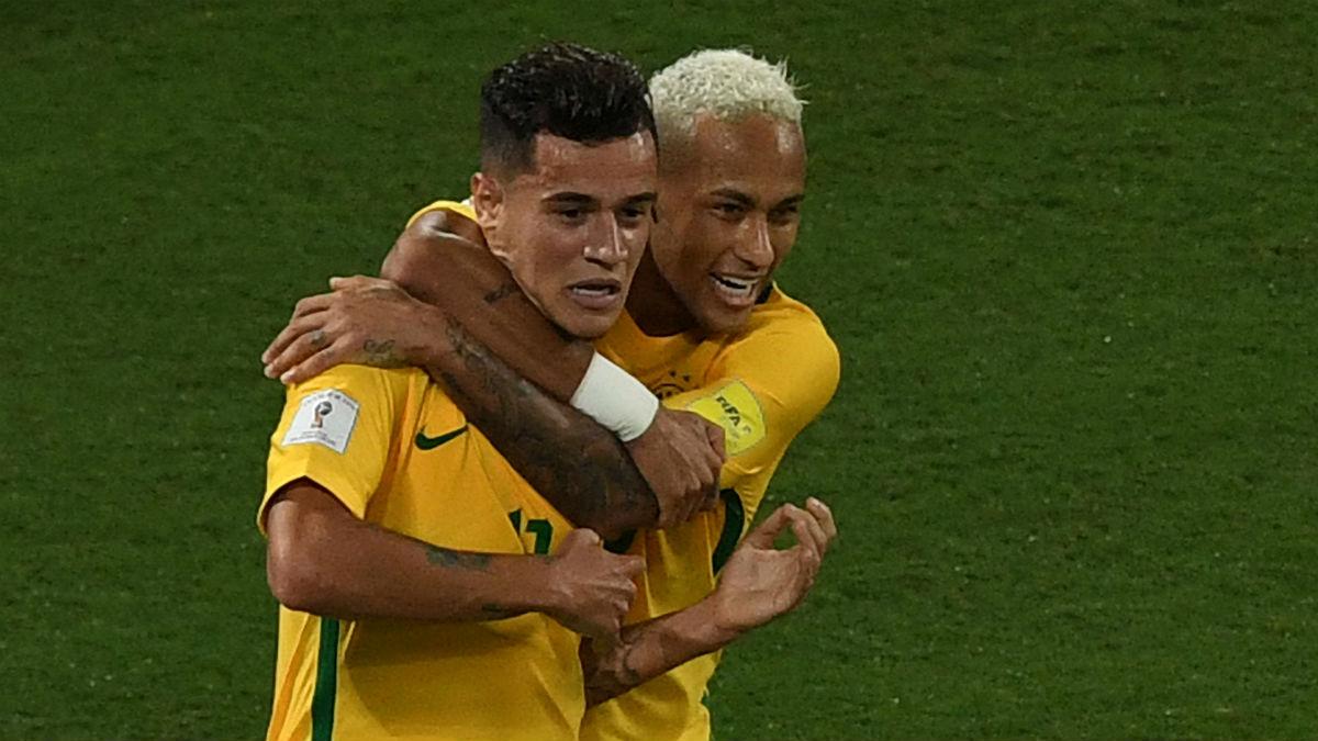 Coutinho celebra con Neymar un gol de Brasil. (AFP)