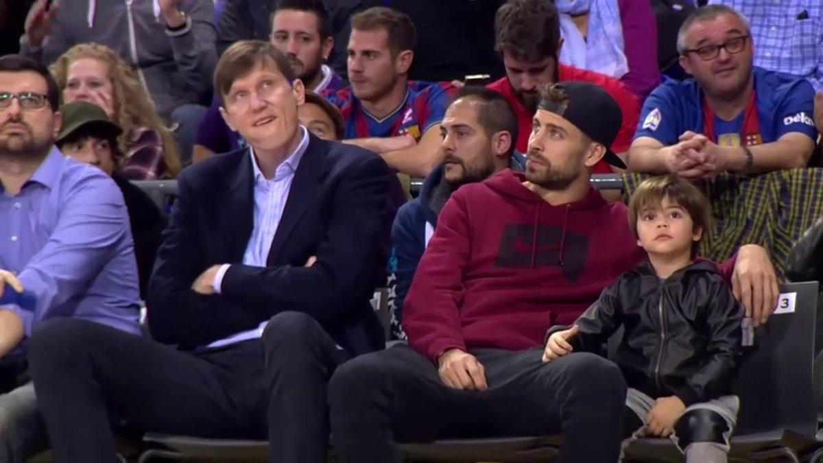Piqué disfruta del Clásico de baloncesto junto a su hijo. (ACB)