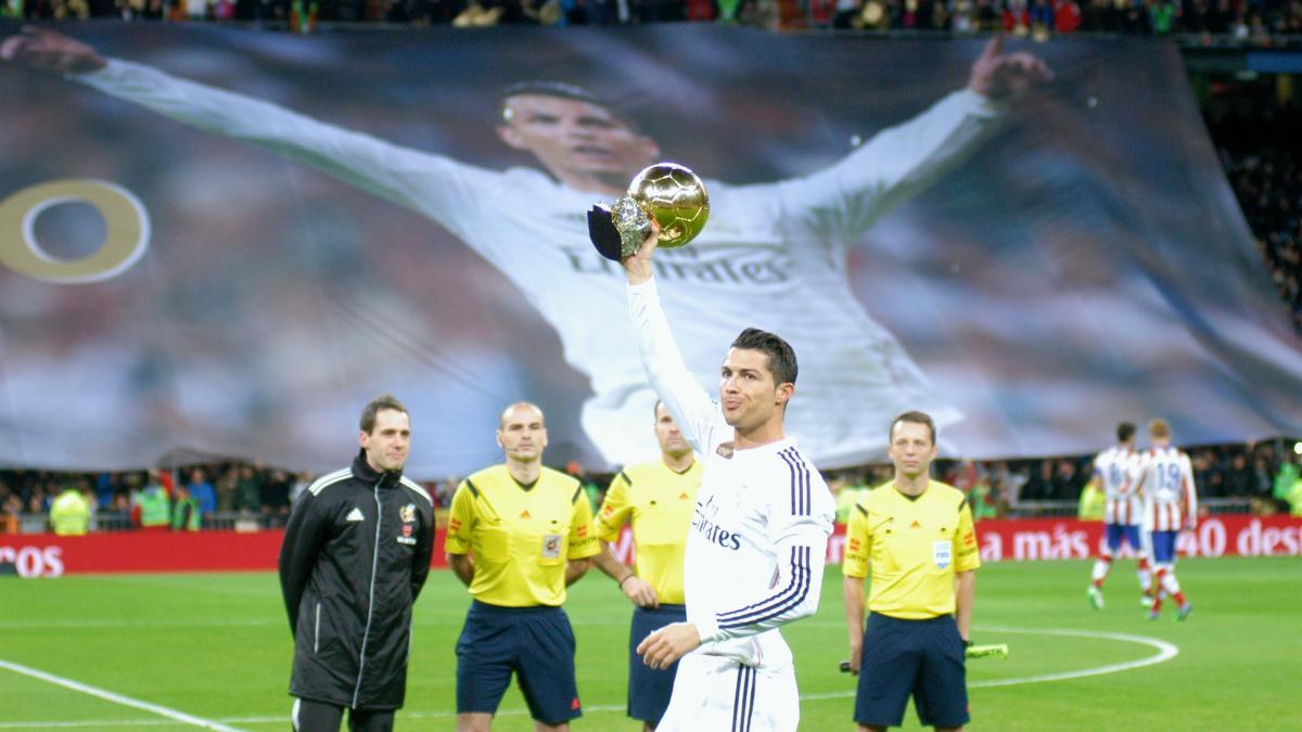 Cristiano muestra a la afición su segundo Balon de Oro como madridista. (Getty)