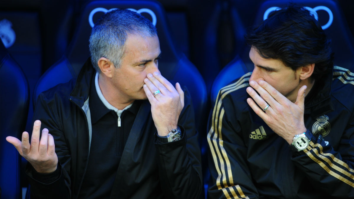 Mourinho y Karanka, en el banquillo del Real Madrid. (AFP)