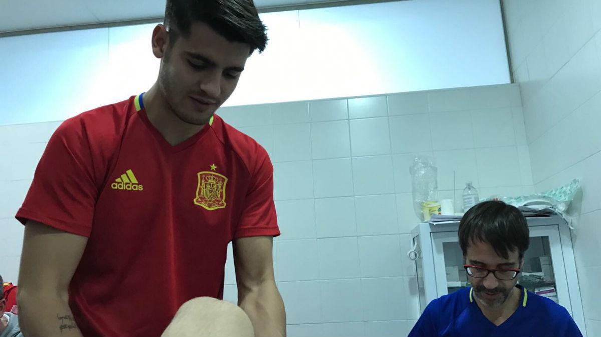 Morata da un masaje a Nacho. (Twitter de Nacho Fernández)