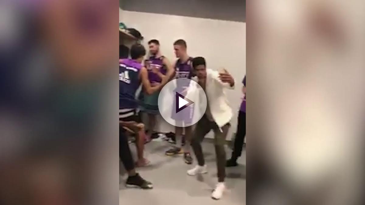 Los canteranos del Madrid haciendo el reto del maniquí.