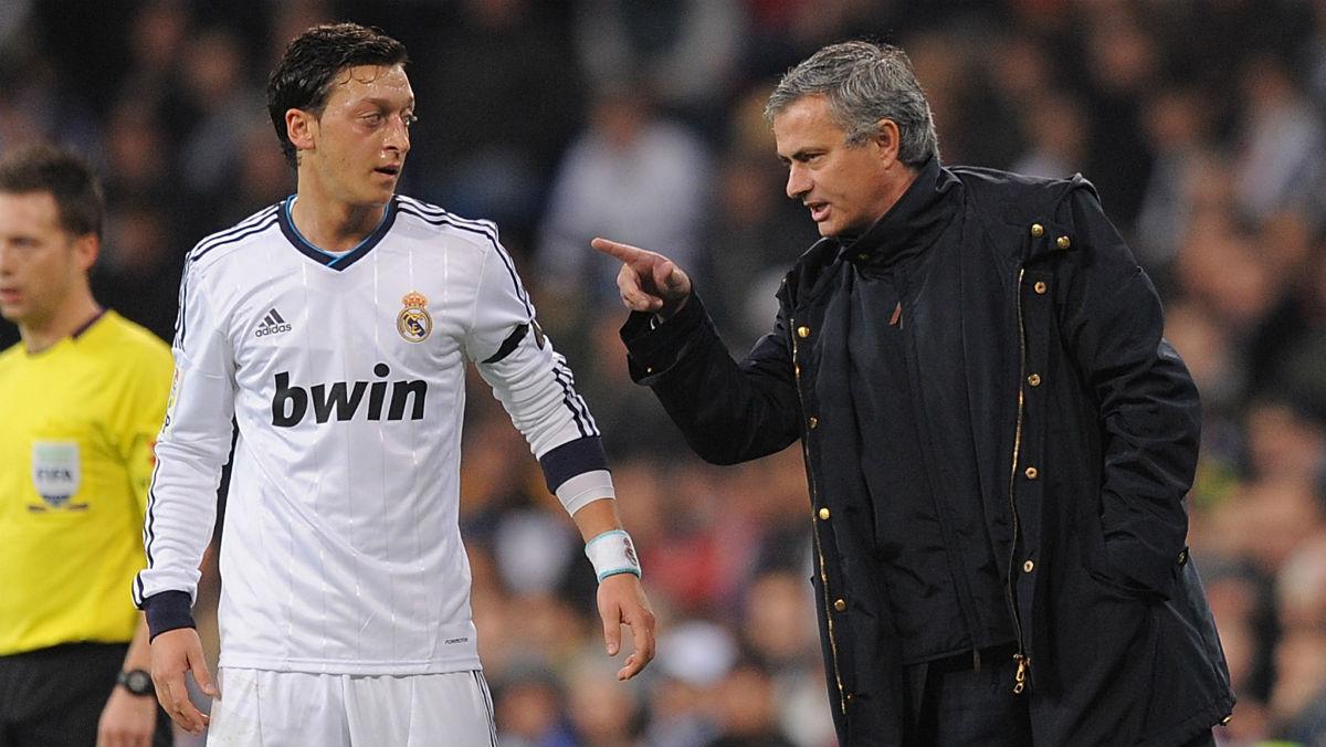 Mourinho conversa con Ozil durante su etapa en el Real Madrid. (Getty)