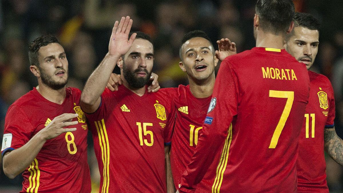 Carvajal celebra uno de los goles de España ante Macedonia. (AFP)