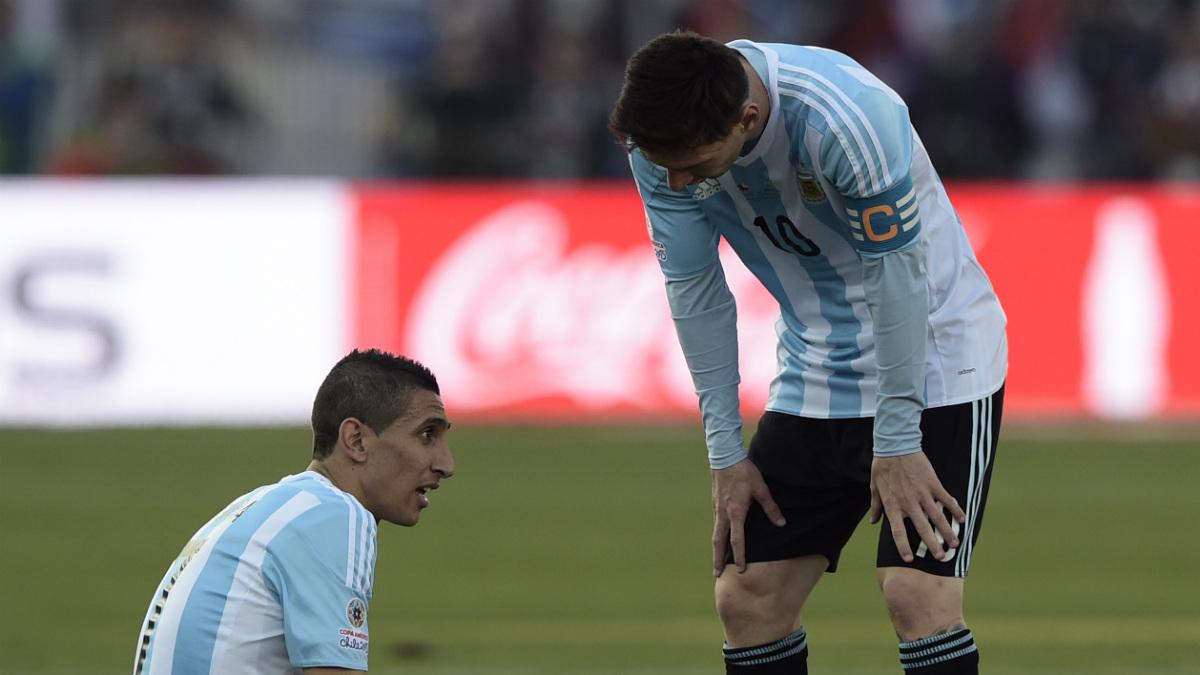 Di María habla con Messi tras la última derrota de Argentina. (AFP)
