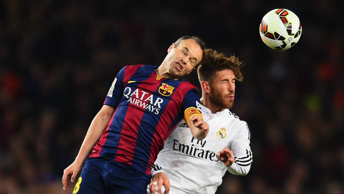 Ramos e iniesta pugnan por un balón en un Clásico. (Getty)