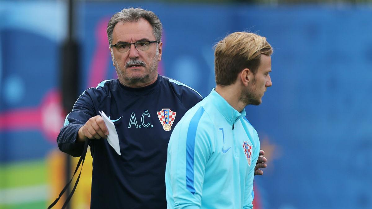 Rakitic y Cacic durante un entrenamiento de Croacia. (AFP)