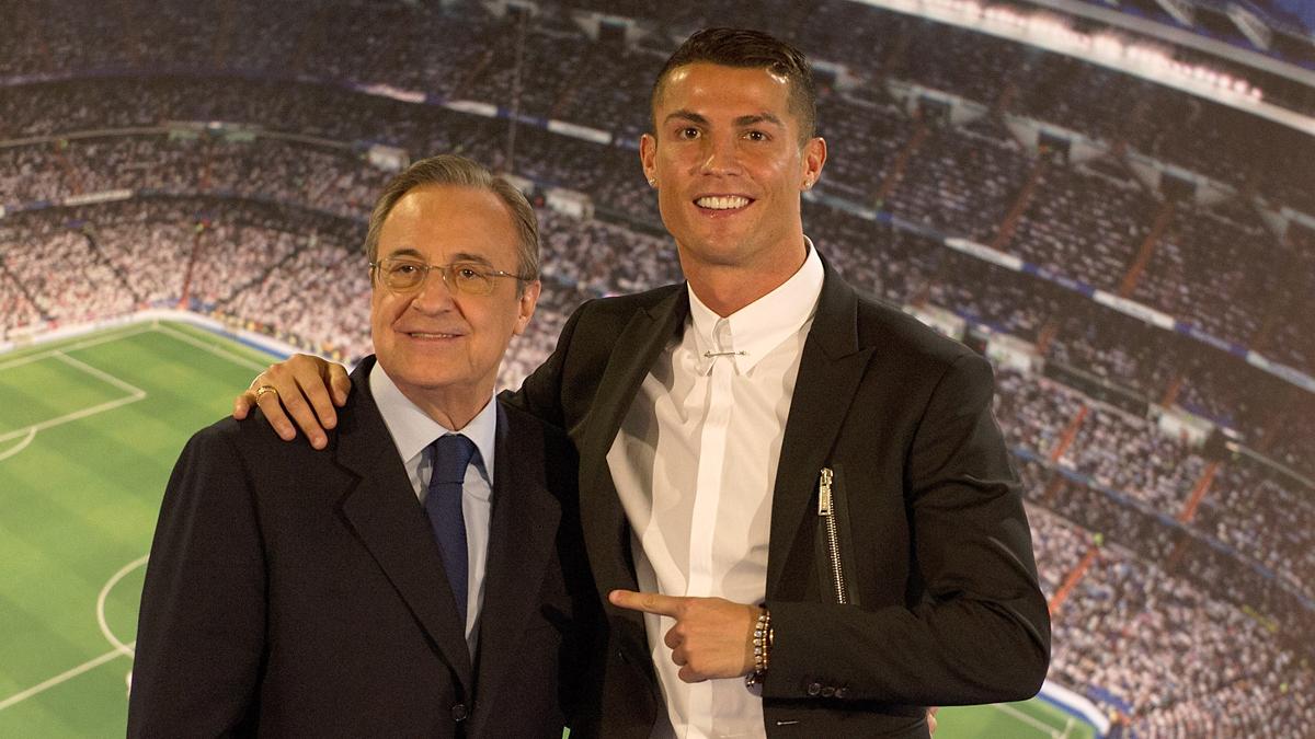 Cristiano Ronaldo y Florentino Pérez, durante el acto de la renovación del portugués.