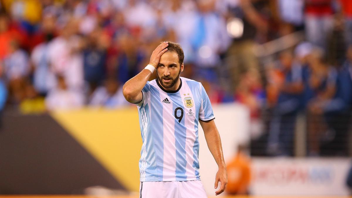 Higuaín se lamenta en un partido de Argentina. (Getty)