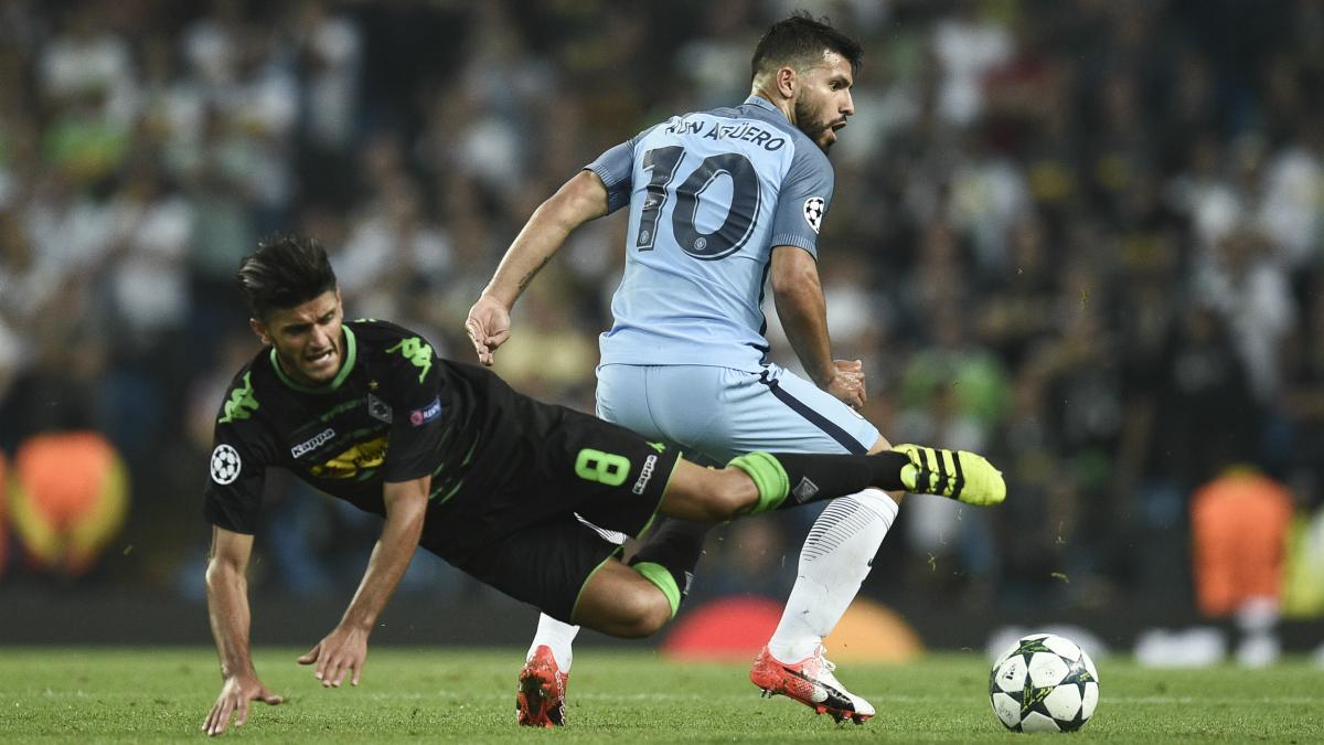 Aguero y Dahoud pelean por un balón. (AFP)