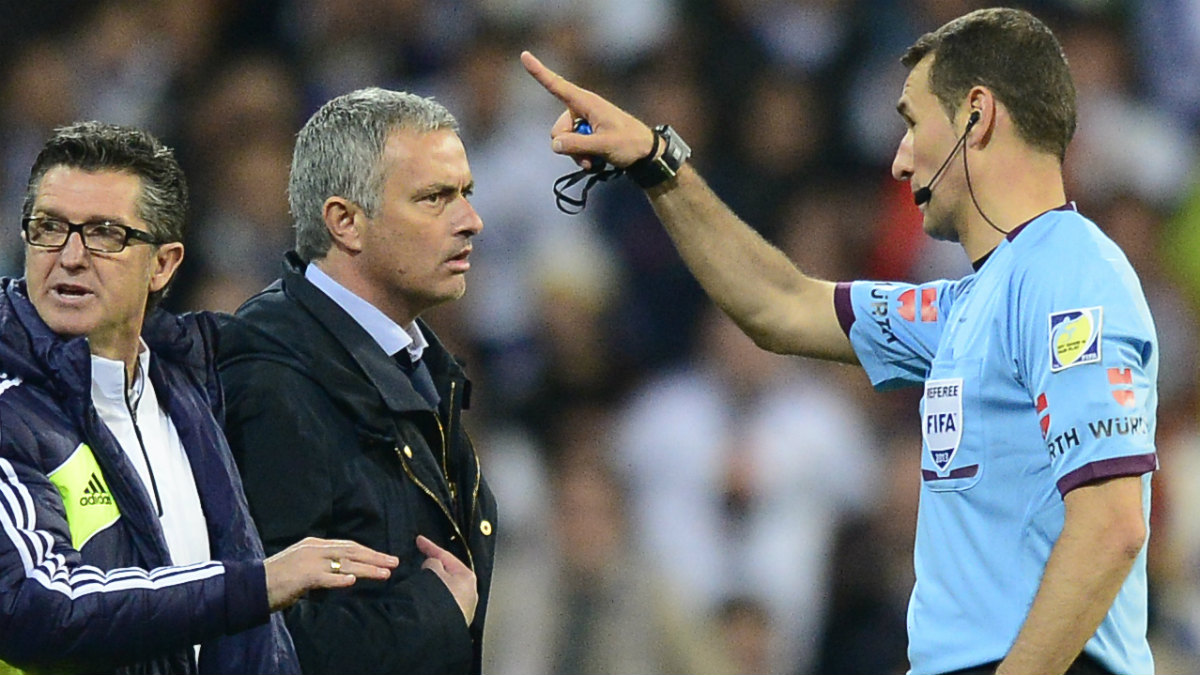 Clos Gómez expulsa a Mourinho en una final de Copa. (AFP)
