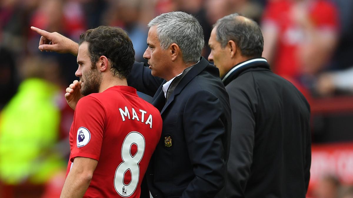 Mourinho, dando órdenes a Juan Mata durante un partido del United.