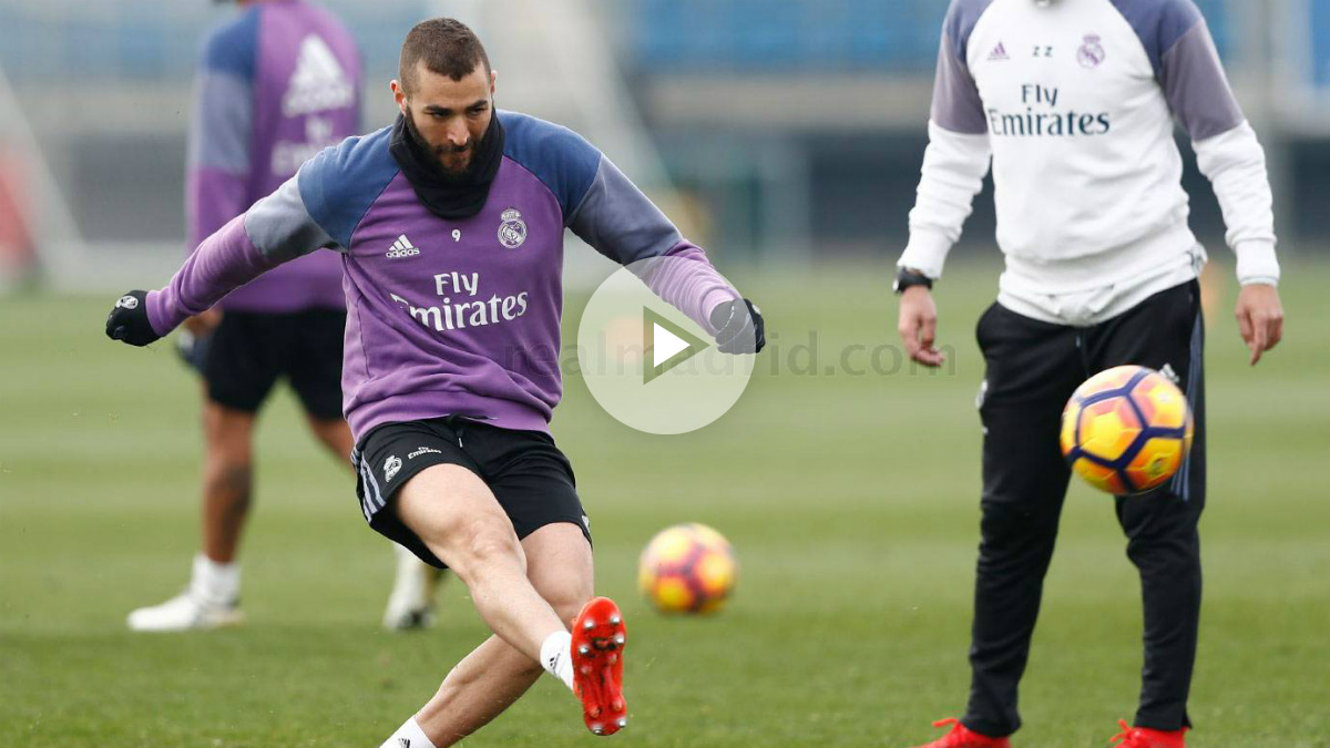 Benzema dispara a puerta durante un entrenamiento. (realmadrid.com)
