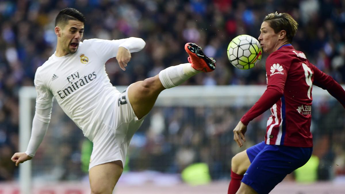 Isco y Torres, durante un Atlético vs Real Madrid