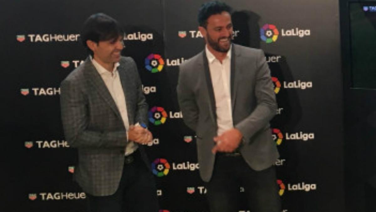 Kiko Narváez durante un acto de La Liga junto a Morientes. (laliga.es)
