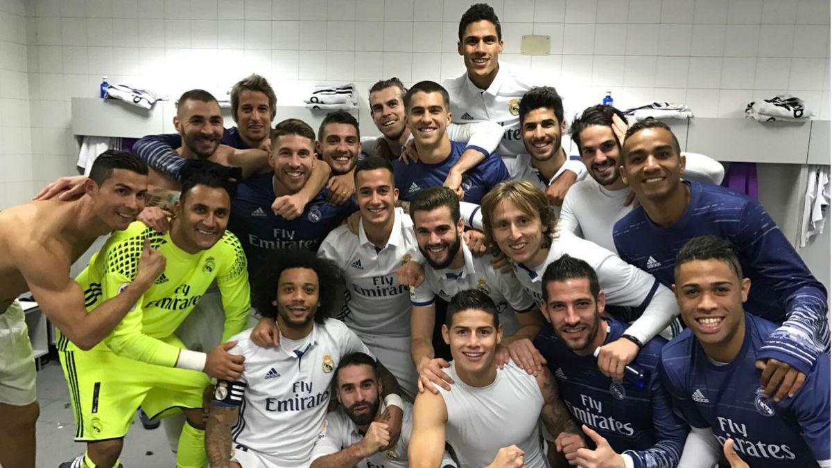 El Real Madrid se hace la foto de los ganadores en el vestuario del Calderón. (Twitter de Sergio Ramos)