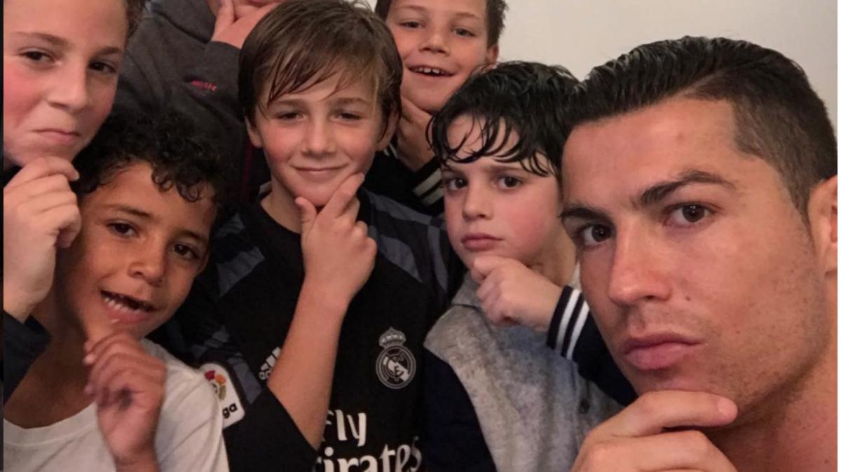 Cristiano posa junto a su hijo y los amigos de éste. (Instagram Cristiano)