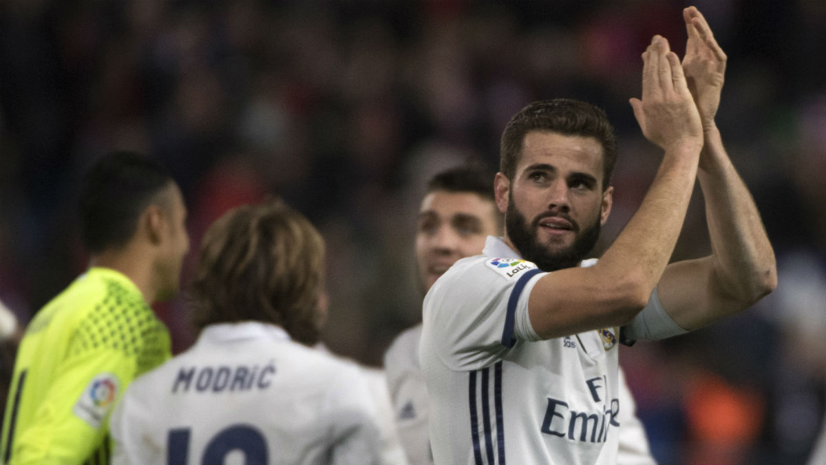 Nacho Fernández se despide del derbi aplaudiendo a la afición del Real Madrid. (Getty)