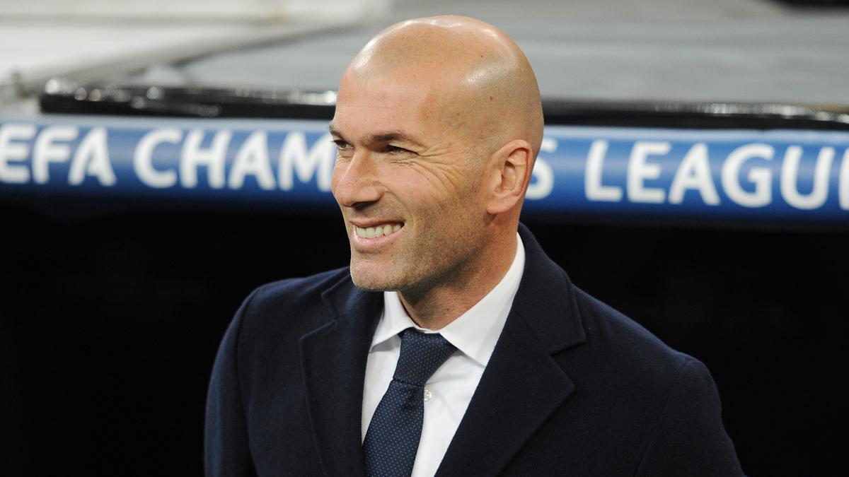 Zidane, sonriendo durante un partido del Real Madrid.