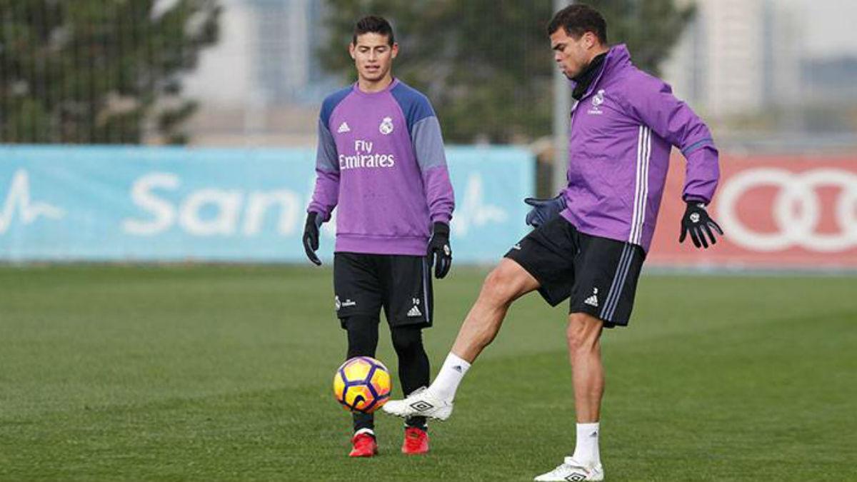 Pepe golpea el balón en el último entrenamiento del Real Madrid. (Realmadrid.com)