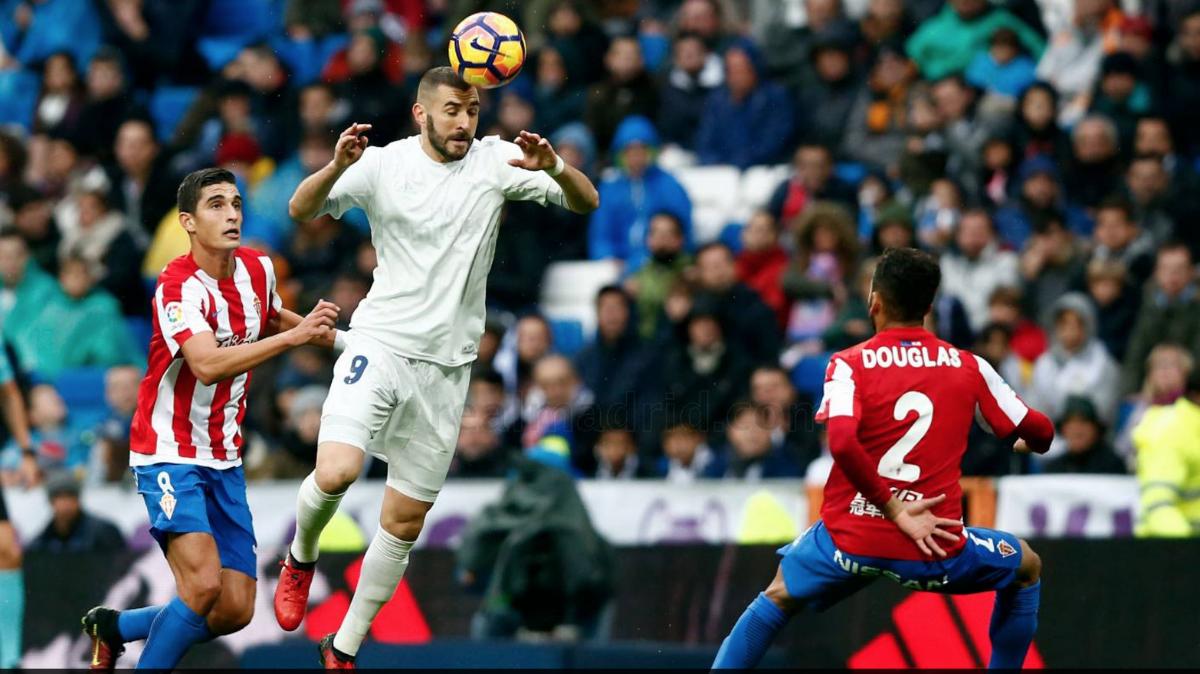 Benzema cabecea un balón ante el Sporting. (Realmadrid.com)