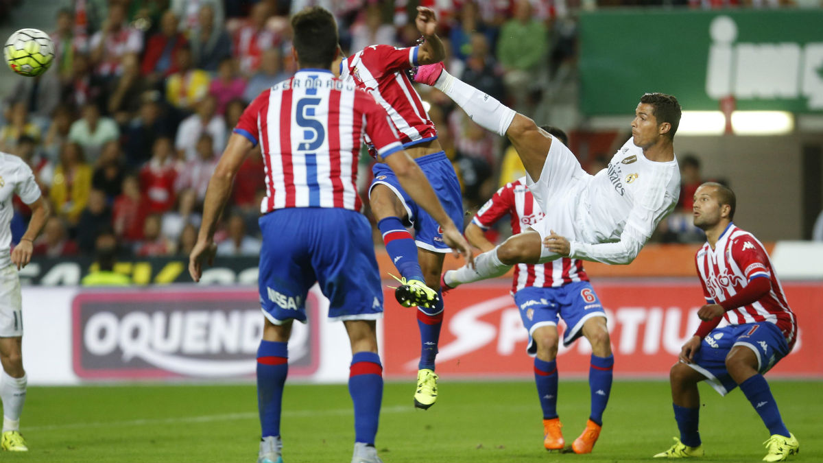 Cristiano Ronaldo hace una chilena ante el Sporting.