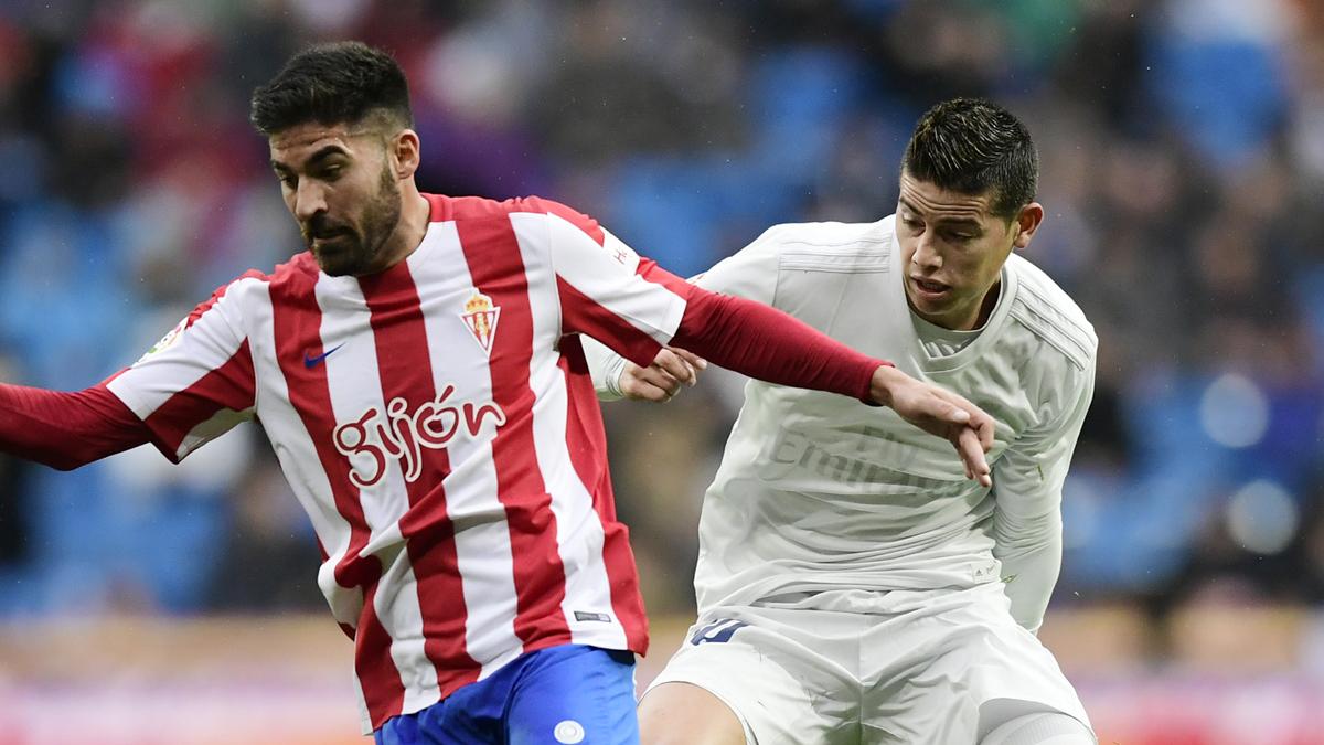 James Rodríguez, luchando por un balón con Carmona en el Real Madrid Vs Sporting.