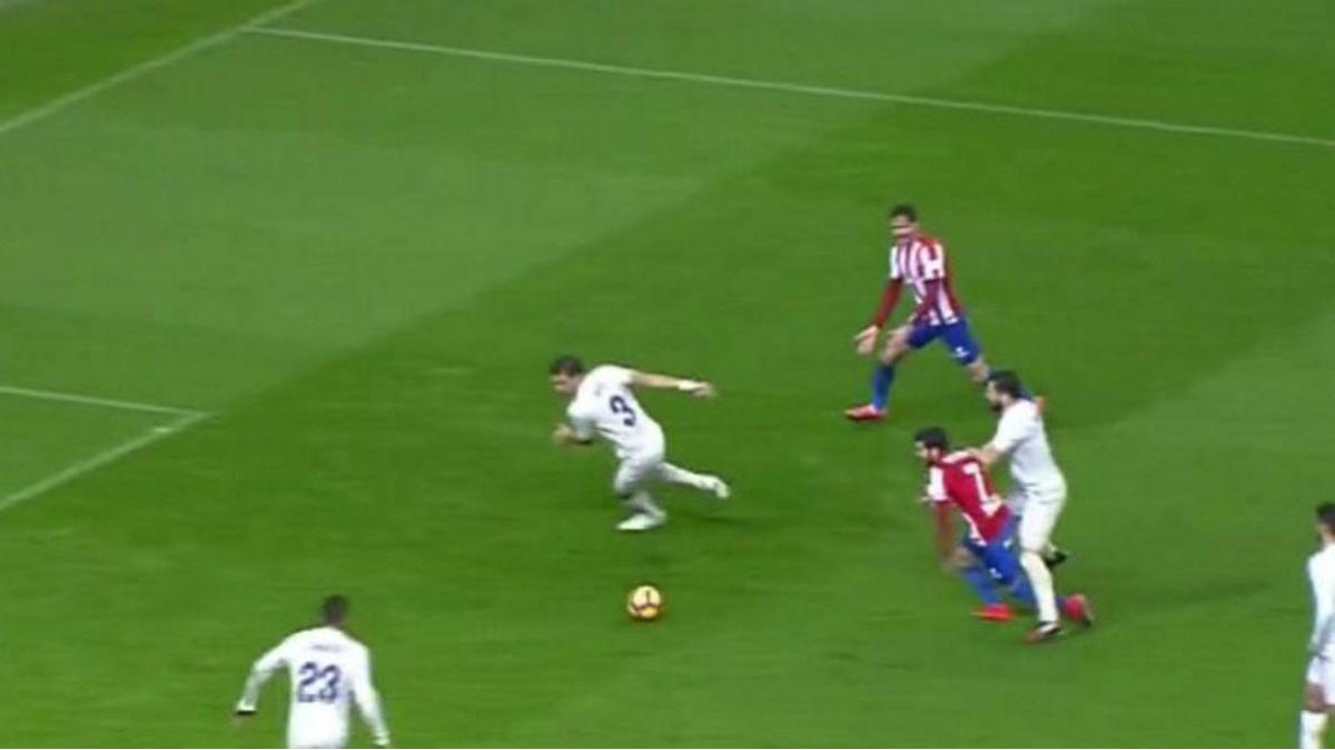 Momento en el que se le pita penalti a Nacho Fernández.