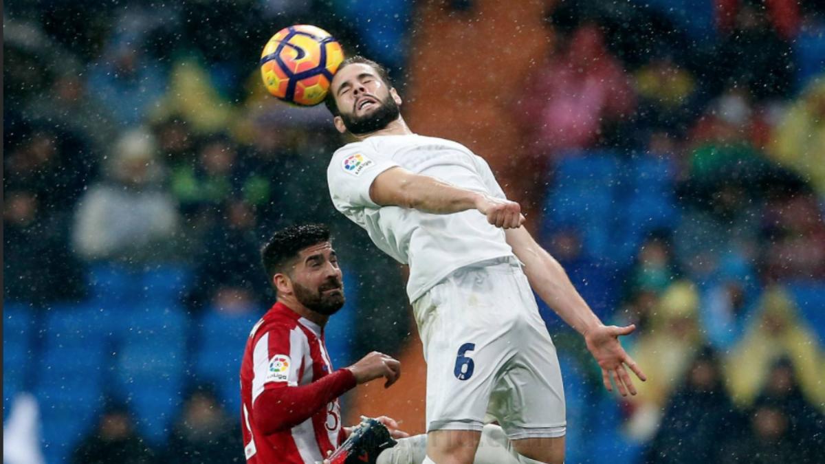 Nacho Fernández pelea un balón. (Realmadrid.com)