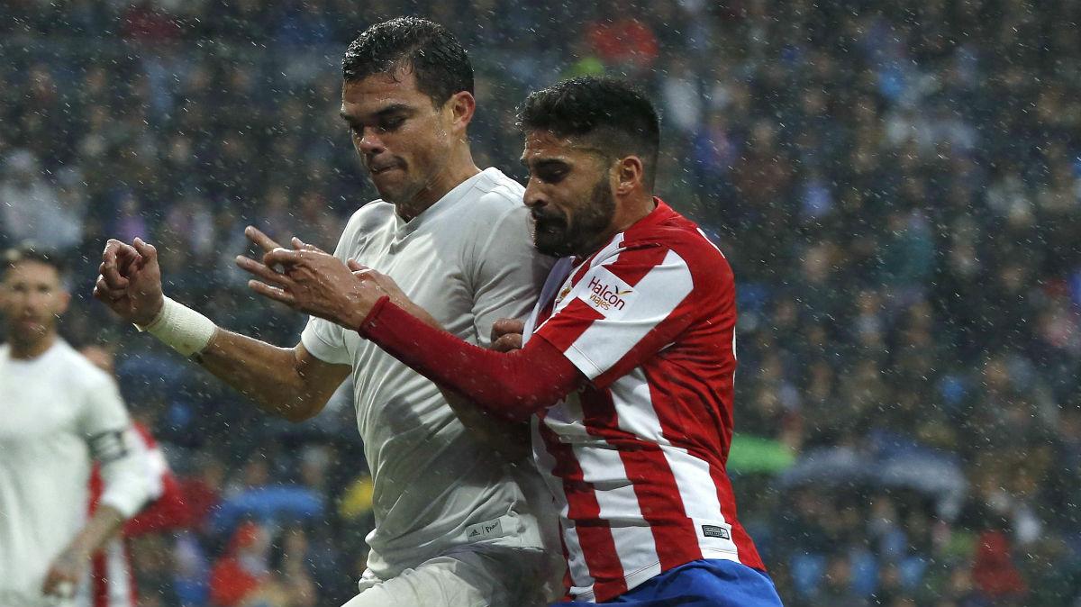 Pepe pelea un balón durante el Real Madrid Vs Sporting de Gijón. (EFE)