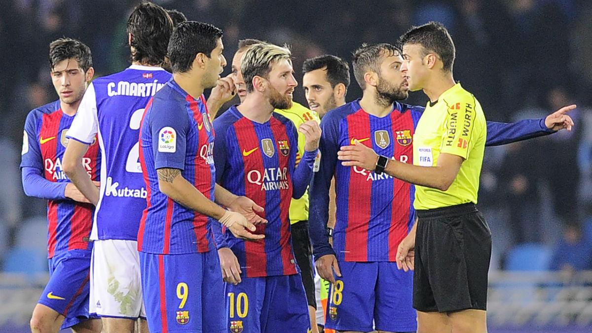 Messi dialoga con Gil Manzano. (Getty)