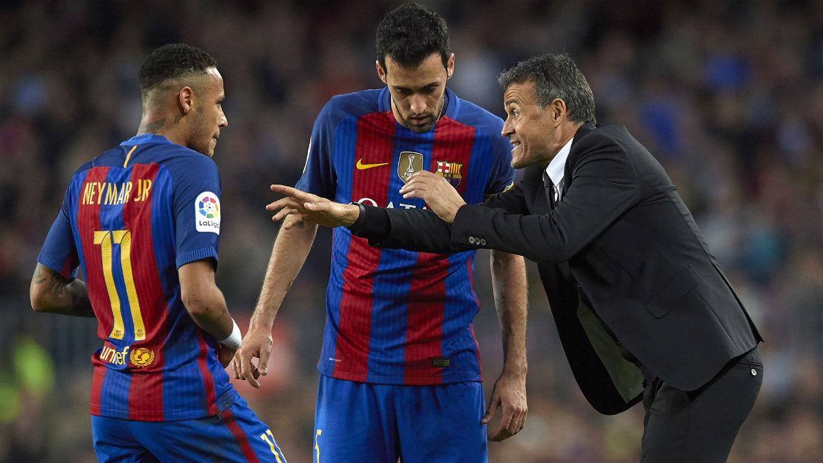 Luis Enrique da instrucciones a Neymar y Busquets. (Getty)