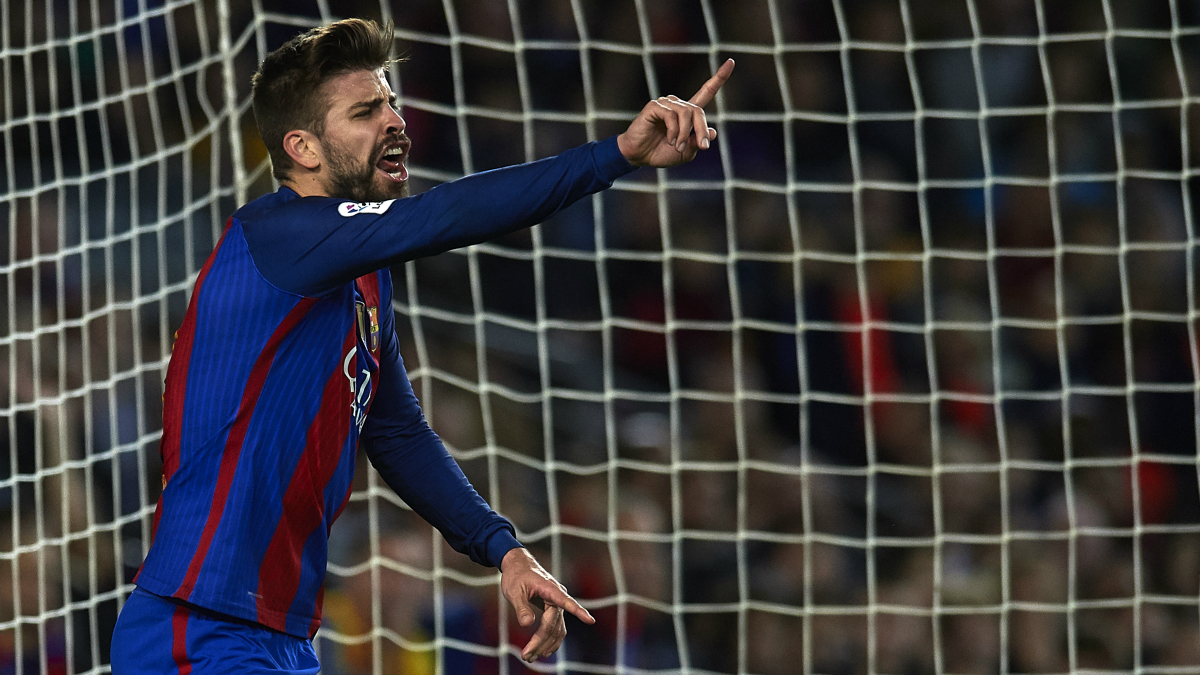 Piqué protesta una acción. (Getty)