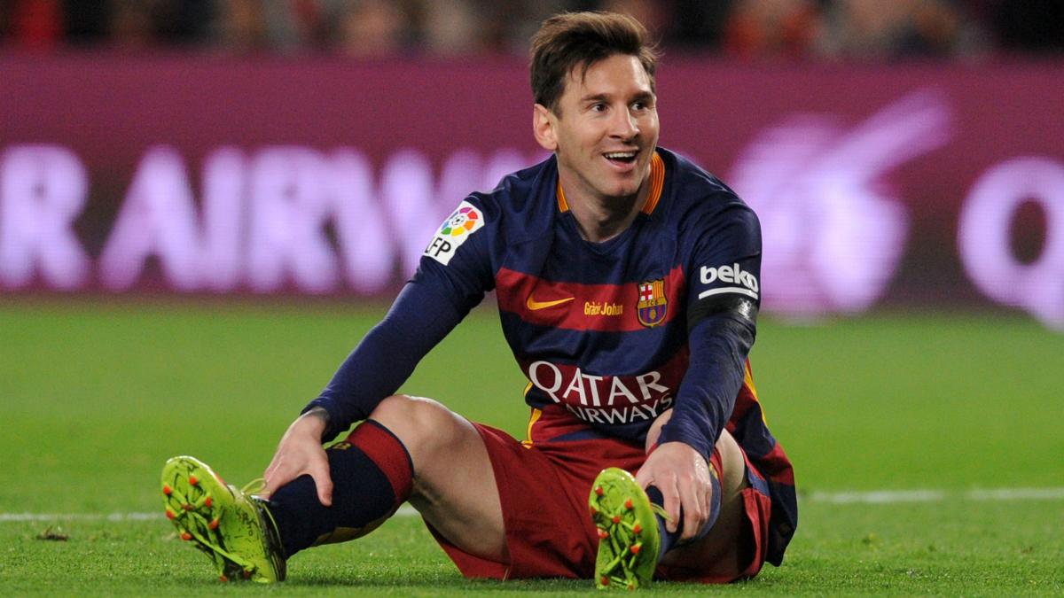 Messi se lamenta en el suelo en un Clásico. (Getty)
