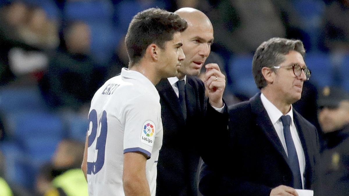 Zidane charla con Enzo antes de un partido. (EFE)