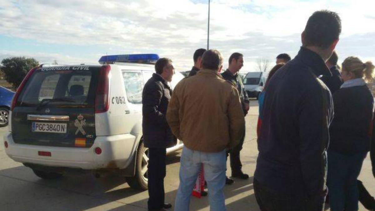Momento en el que la Guardia Civil detiene el viaje de los aficionados de la Cultural a Madrid. (sportleon.com)