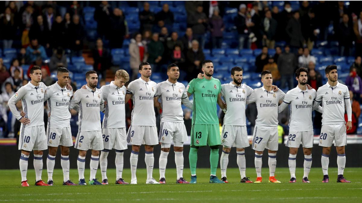 El Real Madrid guarda un minuto de silencio en recuerdo del Chapecoense. (EFE)