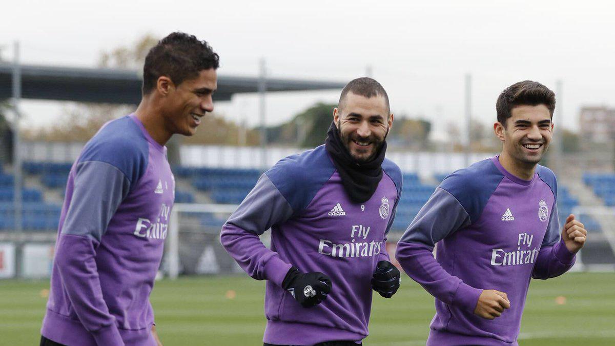 Benzema, Varane y Enzo Zidane en el entrenamiento.