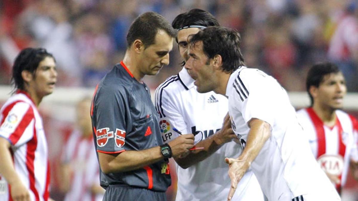 Clos Gómez, expulsando a Van Nistelrooy en ese derbi madrileño.