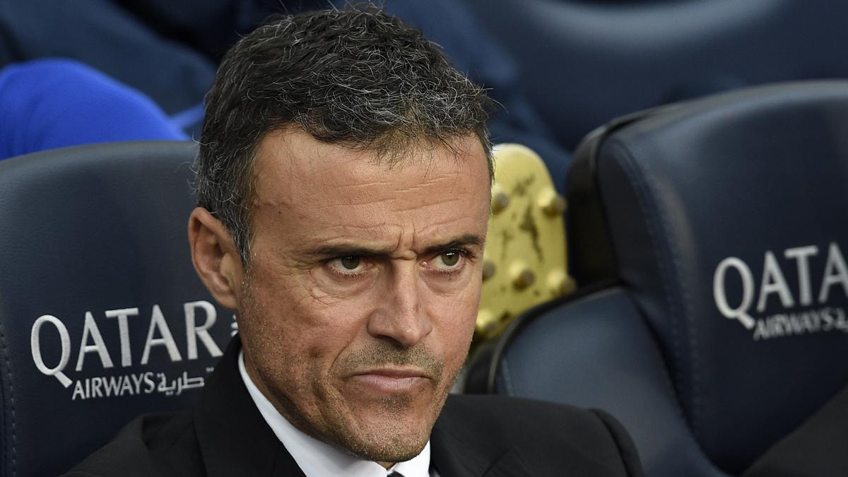 Luis Enrique, con cara de pocos amigos en el banquillo del Camp Nou.