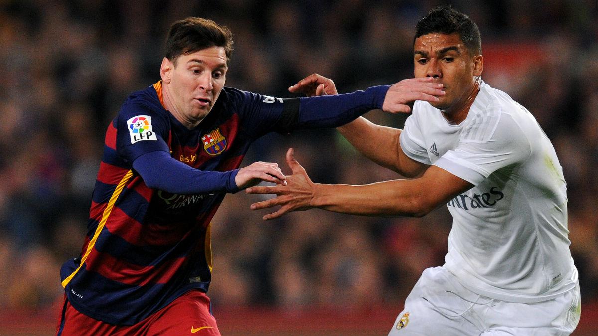 Casemiro pugna por un balón con Messi. (Getty)
