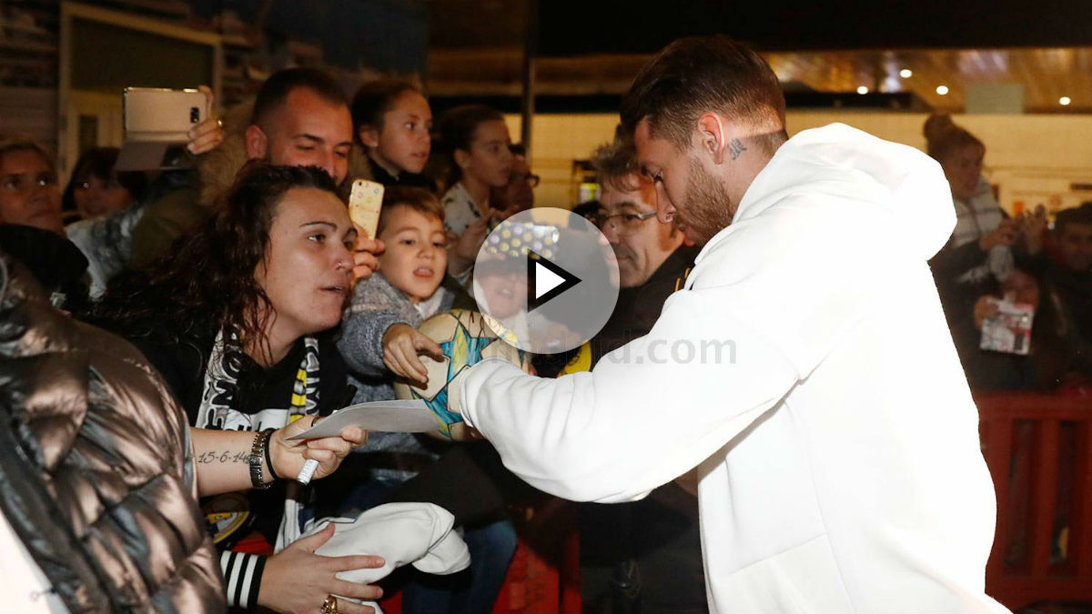 Sergio Ramos firma autógrafos en la llegada del Real Madrid a Barcelona. (Realmadrid.com)