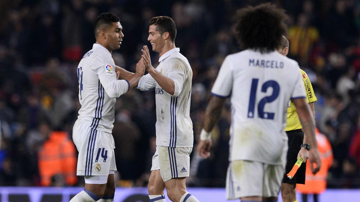 Casemiro celebra con Cristiano el empate del Clásico. (AFP)