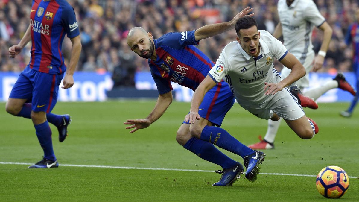 El penalti de Mascherano a Lucas que Clos se comió en el Clásico. (AFP)