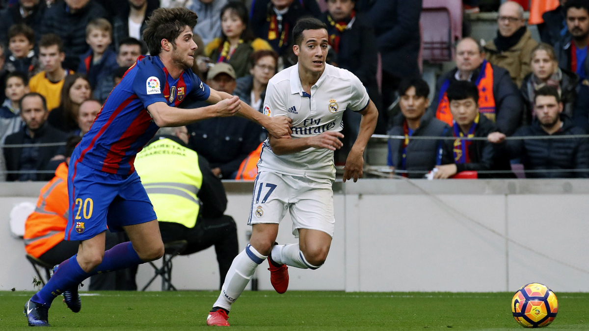 Lucas Vázquez encara a Sergi Roberto en el Clásico. (EFE)