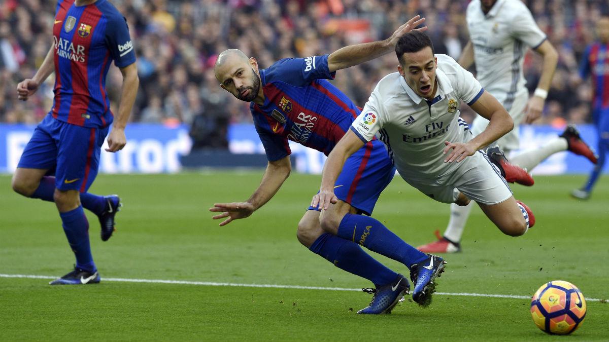 Mascherano hace la zancadilla a Lucas Vázquez en el minuto 2 de partido sin ser sancionado con penalti. (AFP)