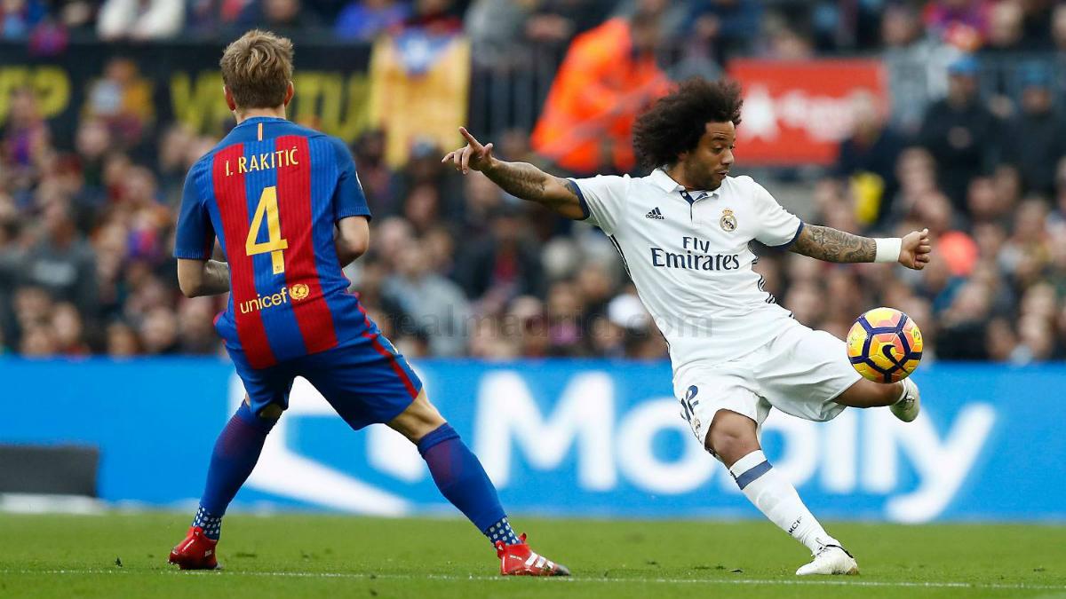 Marcelo despeja un balón ante el Barcelona. (realmadrid.com)