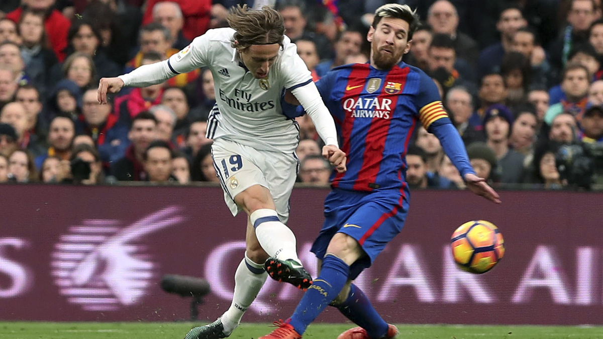 Modric, disparando a puerta con la oposición de Messi.